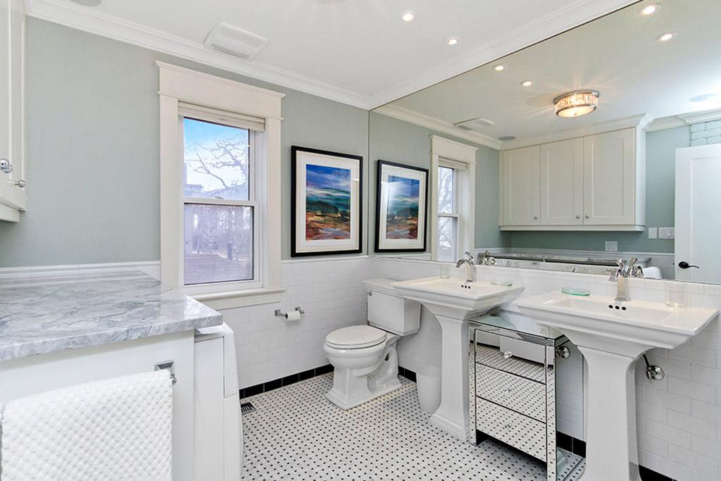 Main bathroom of Burlington Lakeshore home rental.